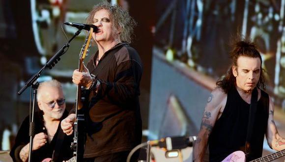 El baterista Reeves Gabrels, Robert Smith y el viejo colaborador Simon Gallup durante el concierto que The Cure ofreció en el Hyde Park de Londres, en julio del año pasado. (Getty Images)