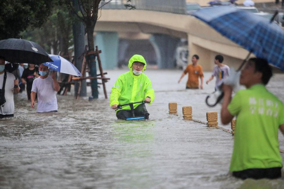 Heavy rains caused by landslides have killed at least 25 people and caused flooding in the central Chinese city of Zhengzhou.  ) Photo: STR / AFP).