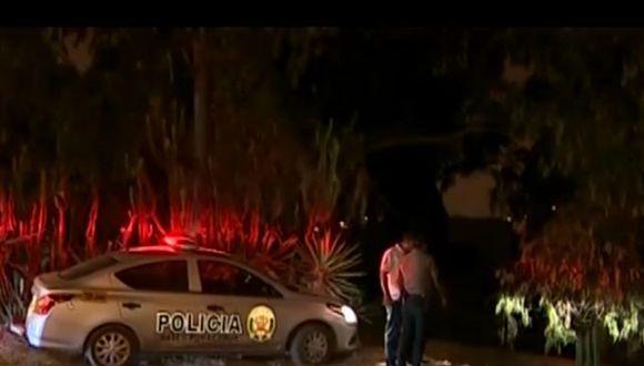 De acuerdo con dicho medio, una mujer encontró el cadáver cuando salió a botar sus desperdicios. Apenas vio el cuerpo, dio aviso a los agentes de la Policía Nacional del Perú (PNP).  (Foto: Captura América Noticias)