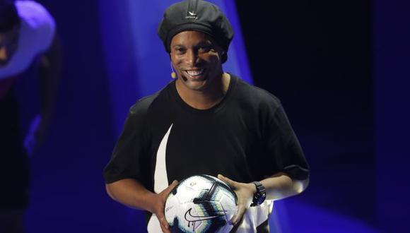 Ronaldinho presentó el balón oficial de la Copa América 2019. (Foto: AFP)