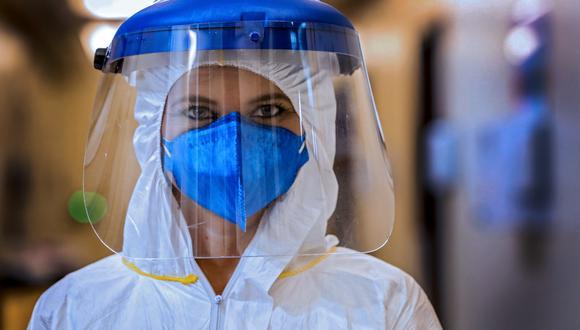 La imagen muestra a una trabajadora de salud en un hospital de Brasil. (Foto: SILVIO AVILA / AFP)