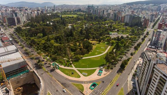 Avenidas vacías durante el confinamiento masivo con motivo de la crisis del coronavirus en Quito, Ecuador. (EFE/ José Jácome).