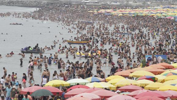 Gran cantidad de personas han visitado las playas de Barranco y Chorrillos el día de Año Nuevo. (Foto: Foto: Félix Ingaruca / GEC)