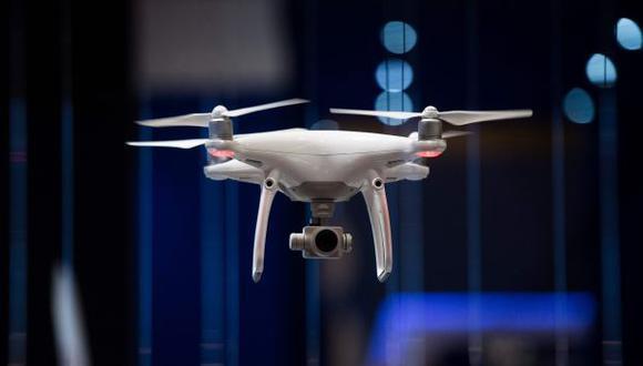 Un dron vuela en el Congreso Mundial de Móviles. (Foto: AFP)