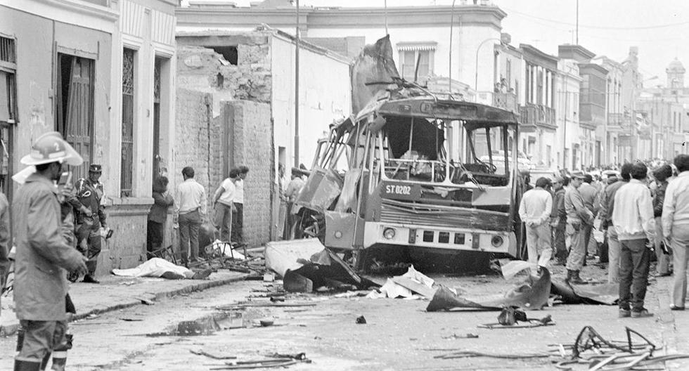 Así de destrozado quedó el bus que transportaba a los miembros de los Húsares de Junín a Palacio de Gobierno esa tarde de junio de 1989. Los asesinos de Sendero Luminoso fueron los responsables. (Foto: GEC Archivo Histórico)