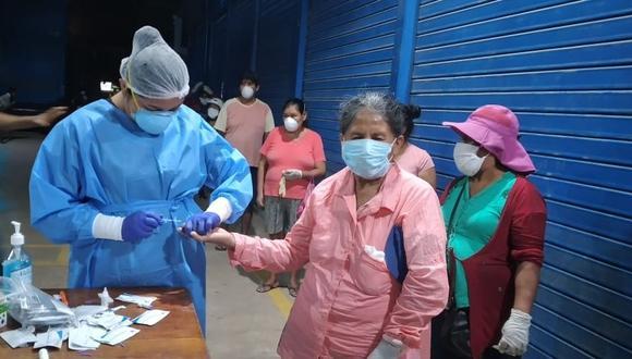 Personal de salud durante la toma de muestras a los trabajadores del Mercado Modelo en Puerto Maldonado.  (Foto: Manuel Calloquispe)