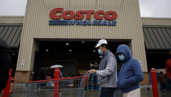 Compradores usan mascarillas mientras esperan en la fila para ingresar a hacer compras en Hawthorne, California. (Foto: Bloomberg)