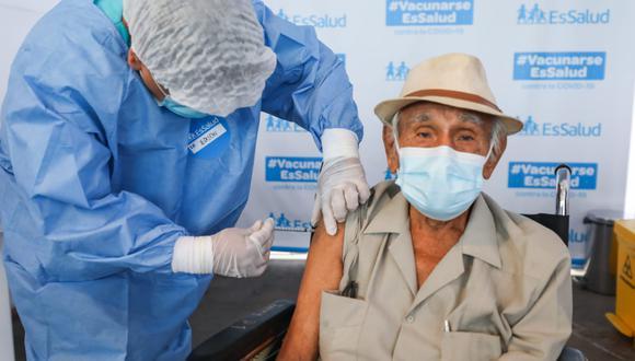 Los 5 vacunatorios para inmunización de adultos mayores asegurados de Essalud están ubicados en Lima. (Foto: Essalud)