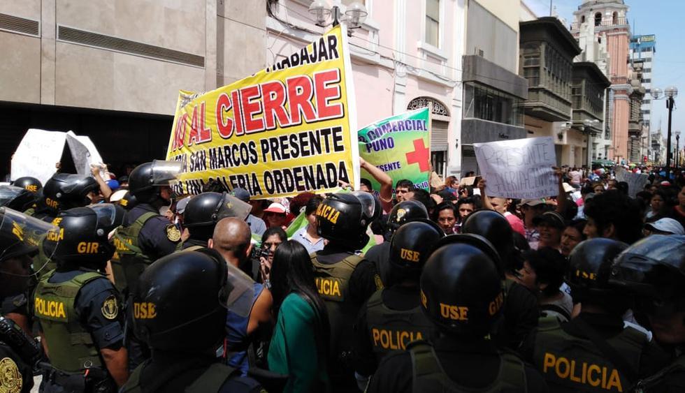Un gran número de comerciantes marchó por las calles del Centro Histórico e intentó llegar hasta la Municipalidad de Lima, tras orden de cierre de la zona comercial. (Foto: Daniel Apuy / GEC)