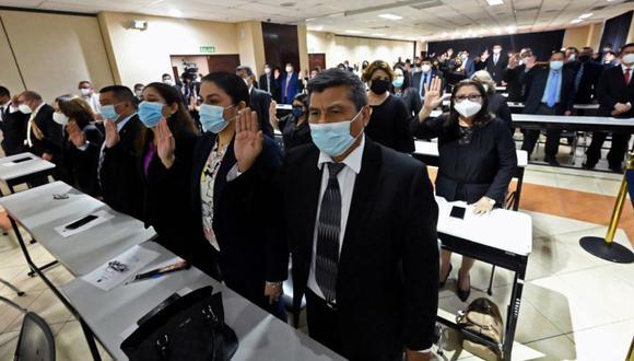 Los jueces salvadoreños prestan juramento para ocupar nuevos cargos, en la sede de la Corte Suprema de Justicia, en San Salvador. (Foto: MARVIN RECINOS / AFP).