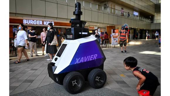 Así es Xavier, el robot vigilante que patrulla los espacios de Singapur para asegurar el distanciamiento social y asistir a los policías en las tareas de control en la calle. (Foto: CHONG JUN LIANG)
