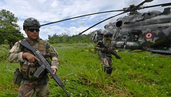 Peruvian Army soldiers take part in an operation to blow up a makeshift landing strip used by drug smugglers, in the northeastern Amazon jungle near the town of Oxapampa, in the Pasco region on October 31, 2019. - Peruvian authorities have rendered useless more than 30 airstrips in the last few weeks in an effort to stop cocaine trafficking. (Photo by Cris BOURONCLE / various sources / AFP)