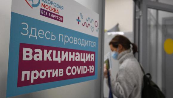 Foto referencial. Moscú sufre de un importante brote epidémico debido a la variante Delta. Sólo 1,5 de los aproximadamente 12 millones de habitantes recibieron las dos dosis de la vacuna. (NATALIA KOLESNIKOVA / AFP).