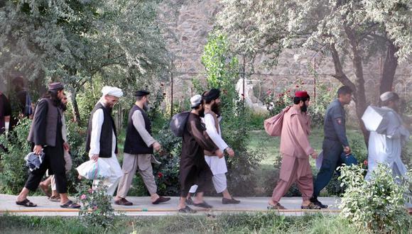 Imagen de archivo facilitada por el Consejo de Seguridad Nacional (NSC) de Afganistán muestra a prisioneros talibanes preparándose para salir de una prisión gubernamental en Kabul, el 14 de agosto de 2020. (EFE/EPA/AFGHANISTAN NATIONAL SECURITY COUNCIL).