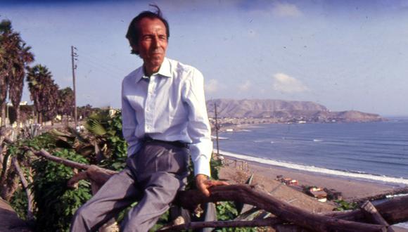 Escritor peruano Julio Ramón Ribeyro contemplando la Costa Verde, cuando ya había decidido vivir en Lima, a comienzos de los años 90.     SESION DE FOTOS HECHA PARA LA REVISTA SOMOS.  FOTO: MONICA NEWTON/ EL COMERCIO