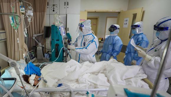 Médicos revisan la evolución de un paciente de coronavirus en un hospital de  Wuhan, China, el 17 de febrero. Foto: AFP