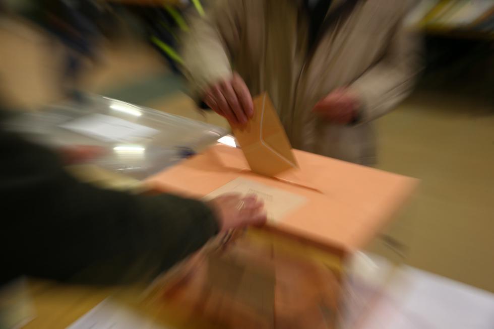 Foto 1 | Los 23,196 colegios electorales de España abrieron sus puertas a las 9 a.m. para recibir a los votantes. (Foto: EFE)