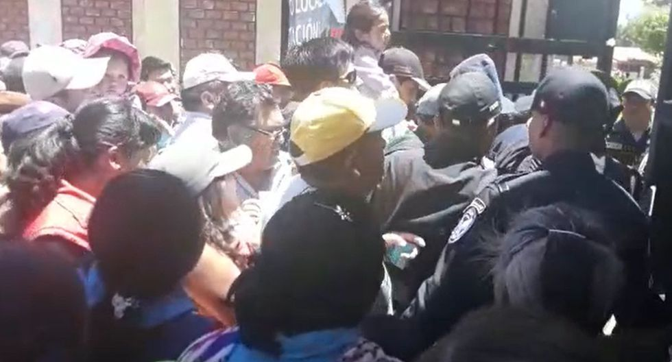 Los pobladores intentaron ingresar a la fuerza a su local de votación. (Foto: Captura de video)