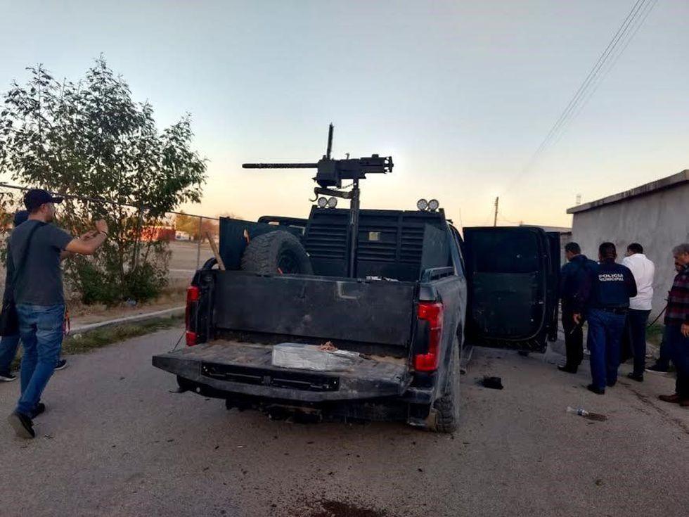 Un vehículo de los agresores con blindaje y un arma automática de grueso calibre es inspeccionado tras el enfrentamiento en Villa Unión. (EFE).