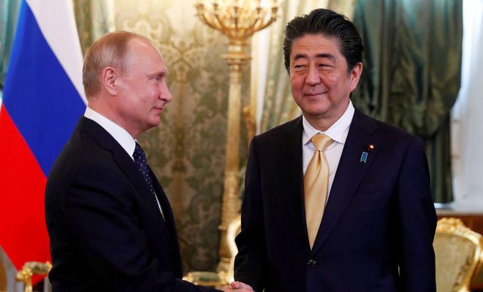 El presidente ruso Vladimir Putin y el primer ministro japonés Shinzo Abe se reunieron en el Kremlin. (Foto: Reuters/Grigory Dukor)