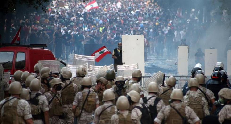 Un manifestante libanés encara a la policía antidisturbios en una protesta en Beirut, Líbano, el 8 de agosto de 2020. (EFE / EPA / IBRAHIM DIRANI DAR AL MUSSAWIR).