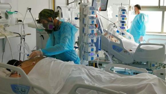 La enfermera chilena normalmente tiene a tres pacientes a cargo al día. Vivir la enfermedad desde el centro de urgencias de Santiago, la capital chilena, ha sido un trabajo extremadamente duro. (Macarena Piñeda).