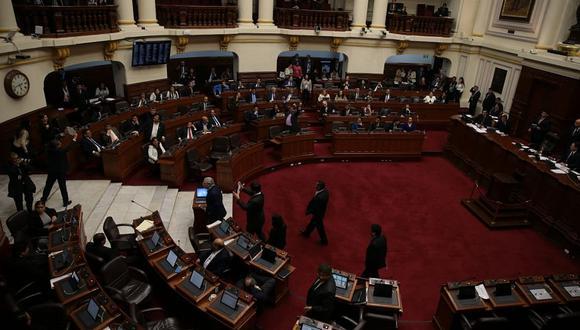 El congresista Ángel Neyra (Fuerza Popular), accesitario de Kenji Fujimori, celebra la aprobación de la norma que beneficia a Alberto Fujimori. (Fotos: Juan Ponce y Hugo Pérez)