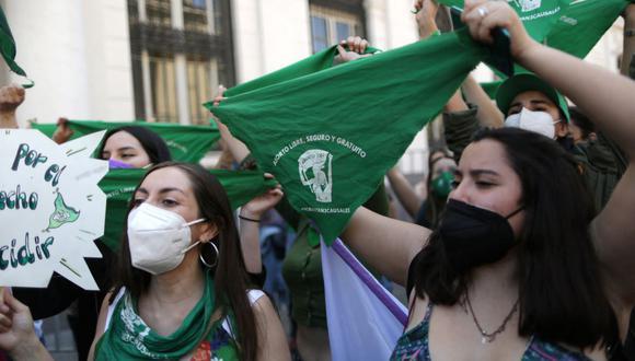 Mujeres sostienen pañuelos verdes durante una manifestación frente al ex Congreso Nacional de Chile, donde funciona la Convención Constitucional, en el Día Mundial de Acción por el Aborto Legal y Seguro en América Latina y el Caribe, el 28 de septiembre de 2021. (Pablo VERA / AFP).