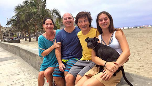 Rayo tiene la suerte de que en el balneario donde veranean los Gaveglio sí se aceptan perros, siempre y cuando se les saque a la calle con correa y se recoja lo que hagan. (Fotos: Andrea Carrión)