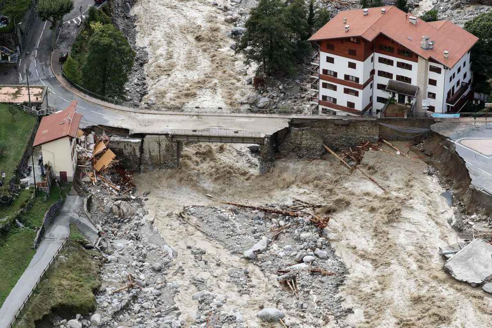 Vista aérea muestra las inundaciones que atraviesan Saint-Martin-Vesubie, en el sureste de Francia. Misma situación ocurre en Italia. (AFP / Valery HACHE).