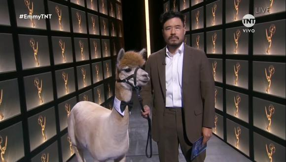 Randall Park presentó a los nominados a Mejor actor en una miniserie o película para televisión junto a una alpaca. (Foto: Captura TNT)