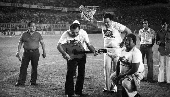 Óscar Áviles, 'Zambo' Cavero y Augusto Polo Campos le cantan a la selección peruana en el coloso de José Díaz durante el partido con Ecuador. Foto: Archivo Histórico El Comercio