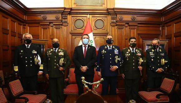 Manuel Merino acompañado por los comandantes generales de las Fuerzas Armadas. (Foto: Congreso)