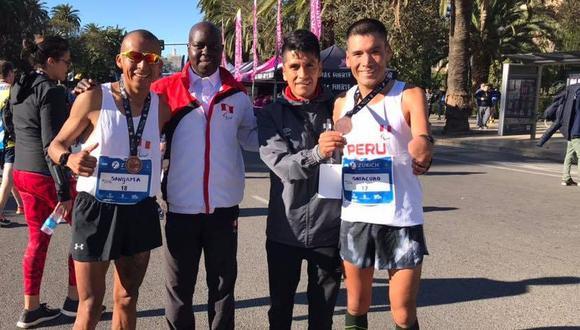 Sangama y Sotacuro junto a los entrenadores Boaz Loroupe y Sunil Serna. (Foto: Facebook)