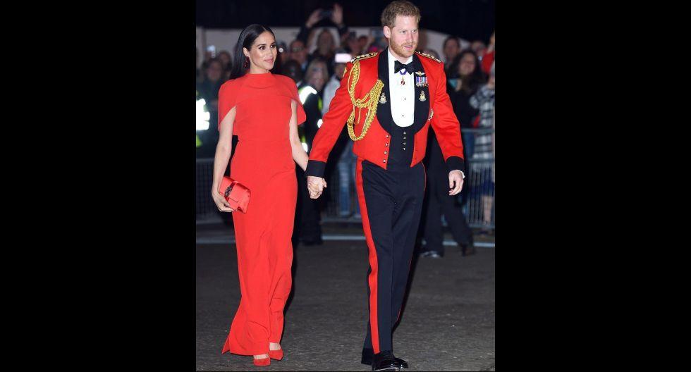 Con un vestido rojo intenso muy elegante y Harry con un traje del mismo color se lucieron por las calles del Reino Unido. (Foto: @cosmopolitan)