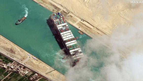 El carguero Ever Given, de 400 metros de largo, quedó varado en diagonal en el canal de Suez el 23 de marzo durante casi una semana, lo que provocó el bloqueo de una de las principales rutas marítimas comerciales del mundo. (Foto: Getty Images)