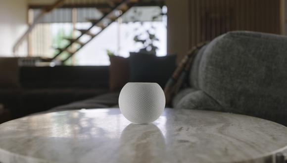 """Esta imagen proporcionada por Apple muestra el nuevo HomePod Mini que Apple presentó el martes 13 de octubre de 2020. El nuevo HomePod Mini costará casi $ 100. Integrará el propio servicio de música de Apple, por supuesto, con Pandora y el servicio de música de Amazon en los """"próximos meses"""". (Apple/AP)."""