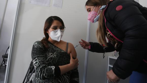 Personas son inmunizadas en un centro de vacunación contra el Covid-19, el 27 de julio 2021 en Santiago de Chile. EFE