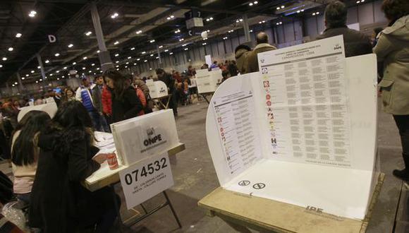 Entre los países con mayor número peruanos habilitados para votar figuran Estados Unidos (309.602 electores), España (152.212 electores), Argentina (143.189 electores), Chile (117.140 electores) e Italia (94.590). Foto: Archivo de EFE/Victor Lerena