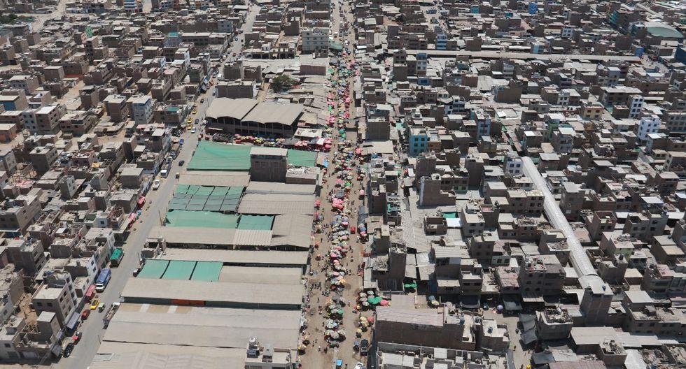 El mercado La Hermelinda, el mayor centro de abastos de Trujillo, es un foco infeccioso. Ayer lucía lleno de gente. En La Libertad las restricciones no se cumplen. (Foto: Johnny Aurazo)