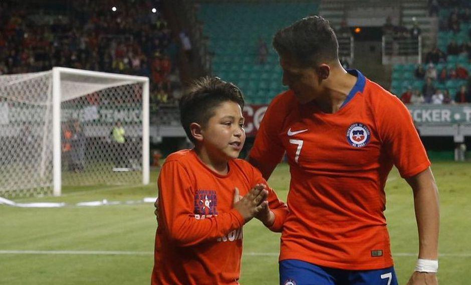 El futbolista chileno marcó en la victoria de Chile y un niño saltó al campo para festejarlo, tal como se ve en YouTube