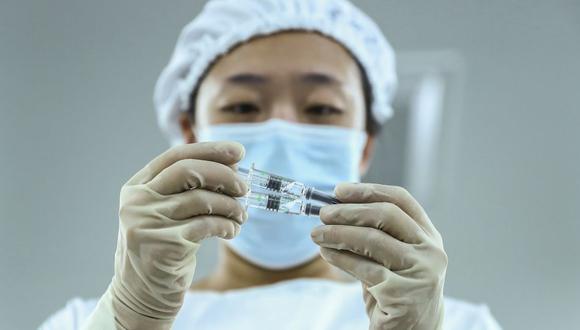 Perú solo tiene aseguradas un millón de dosis de la vacuna de Sinopharm. Foto: AP