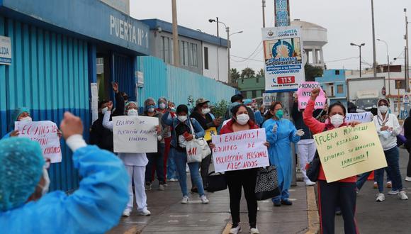Personal de salud del hospital Sabogal realizaron un plantón esta mañana exigiendo mejores condiciones de trabajo. (Foto: Lino Chipana)
