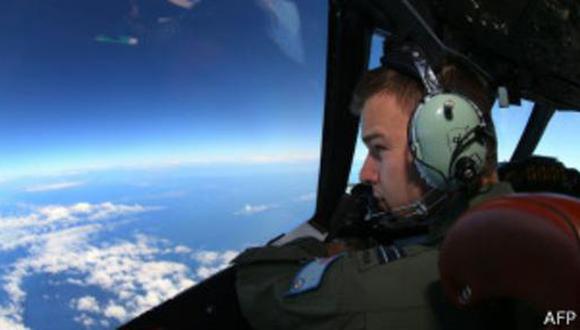 Hallan posibles restos del avión en nueva zona de búsqueda