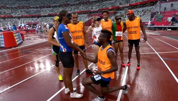 Manuel Antonio Vaz da Veiga se arrodilló ante la velocista de Cabo Verde Keula Pereira Semedo. (Foto: Twitter | Paralympics)