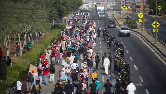 Ciudadanos peruanos que tratan de salir de Lima son interceptados por la policía en la autopista Ramiro Prialé. (REUTERS / Sebastian Castañeda).