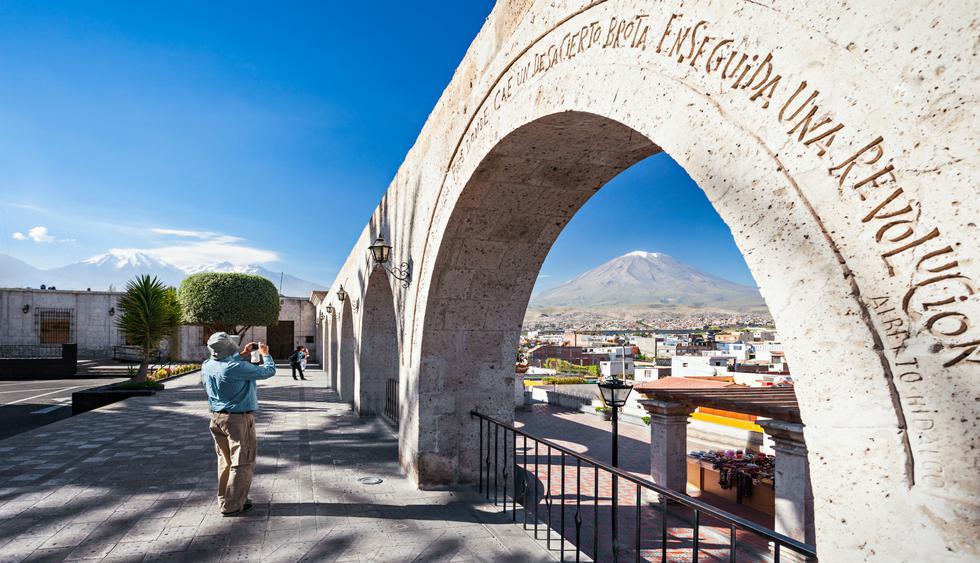 El mirador de Yanahuara tiene nueve arcos con versos tallados que describen la identidad de la ciudad. Foto: Shutterstock