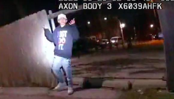 Las imágenes liberadas hoy muestran que pasaron 19 segundos desde que el oficial salió de su patrulla hasta que le disparó a Adam Toledo. (Foto: captura YouTube)