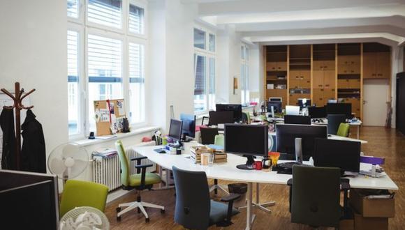Algunos puestos seguirán en trabajo remoto de forma permanente, mientras otros serán híbridos. (Foto: Freepik)