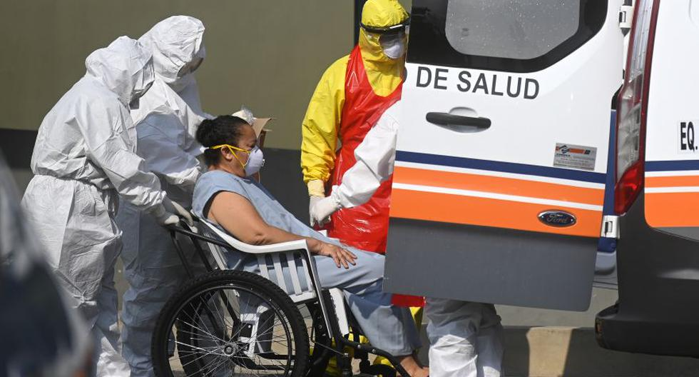 Personal sanitaria transfieren a una paciente con coronavirus en El Salvador. (Foto: Marvin Recinos / AFP)